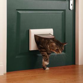 Дверца для кошек Petsafe Staywell Classic 4-х позиционная с тоннелем установленная