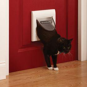 Дверца для кошек с магнитным замком Petsafe Staywell Classic установленная