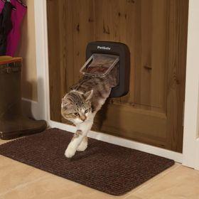 Дверца для кошек с определителем микрочипов PetSafe Microchip Cat Flap установленная