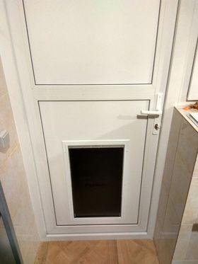 Установленная дверца для собаки